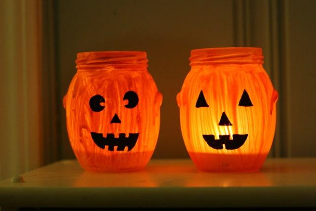 Easy fall craft - fun and festive jack o'lantern jar candles. #jar #fall #halloween