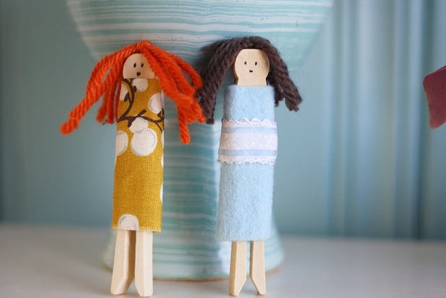 Make your own clothespin dolls using this simple tutorial! A great way to use up scrap fabric and yarn. Tutorial on theprettybee.com
