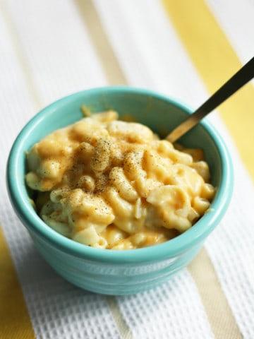 Gluten free and vegan macaroni and cheese! So good! www.theprettybee.com #vegan #gluten free #comfort food