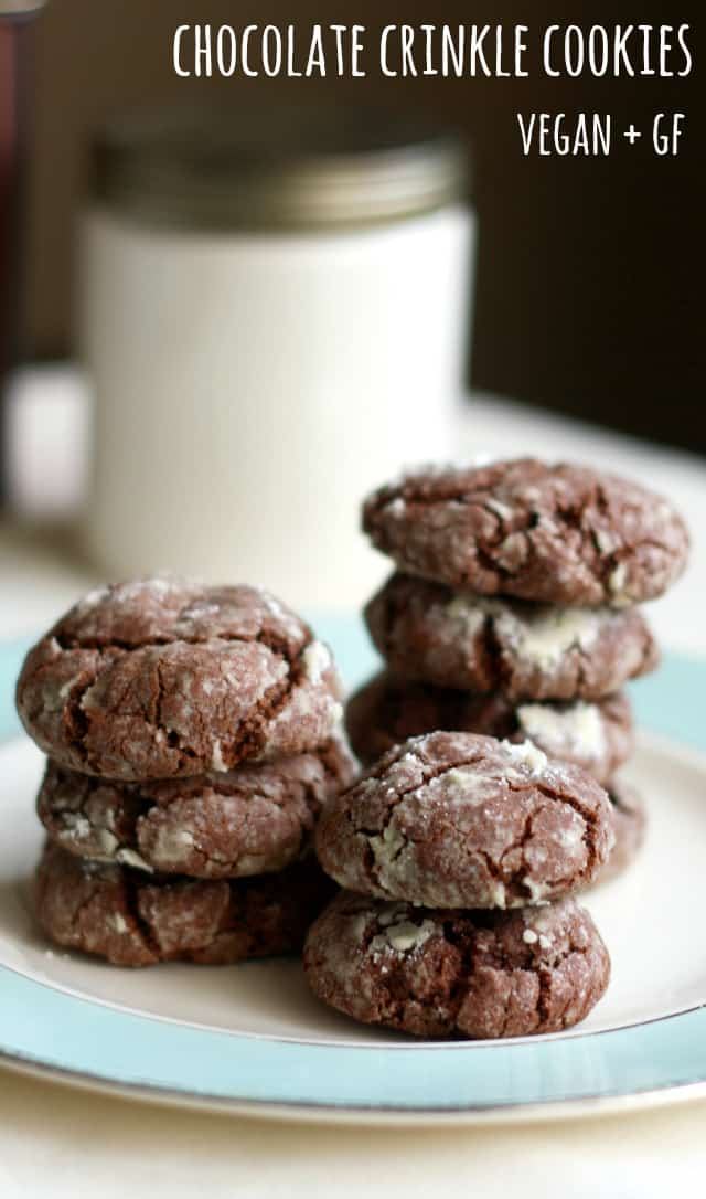 Delicious gluten free chocolate crinkle cookies - a must bake at Christmas time! #vegan #glutenfree