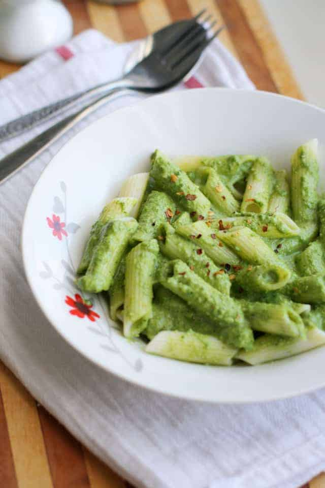 Creamy vegan spinach pesto and pasta - simple and delicious! #vegan #glutenfree