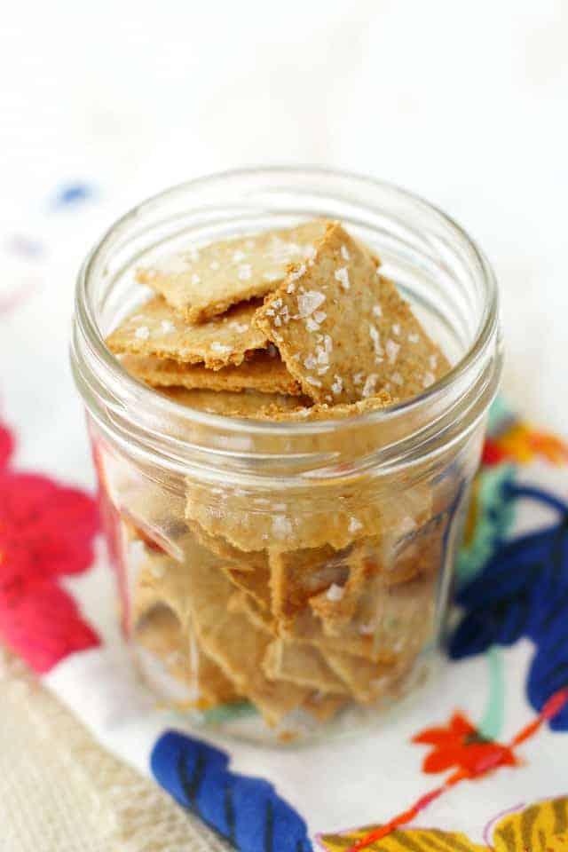Ricetta facile e deliziosa del cracker senza glutine. Questa ricetta è così gustosa e molto più economica dei cracker acquistati dal negozio!