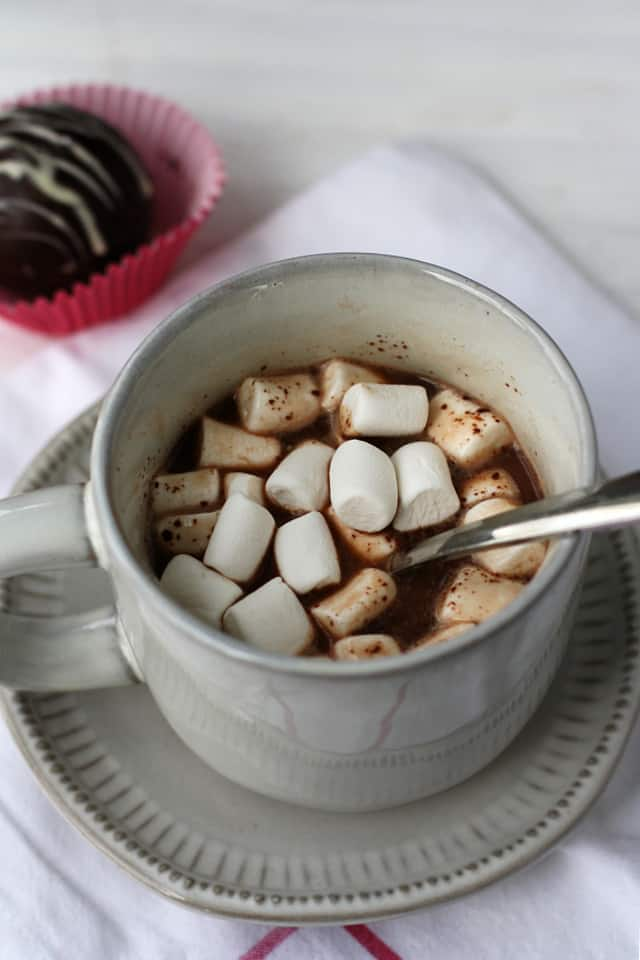 vegan hot cocoa in a white mug with mini marshmallows