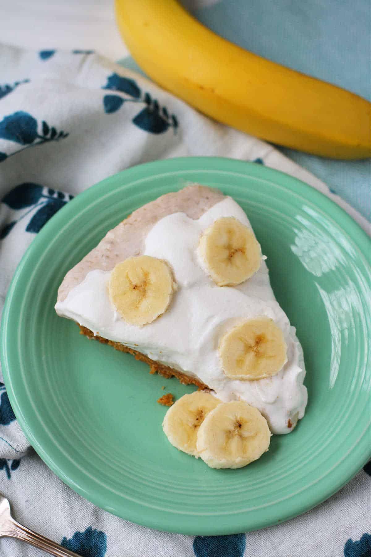 Rebanada de pastel de crema de plátano no lácteos en una placa